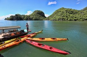 lan ha bay tour kayaking